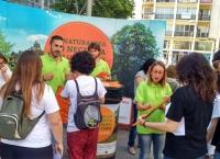 Voluntarios de FAEL en la Plaza de la Encarnación en Sevilla explicando a la ciudadanía el reciclaje de RAEE