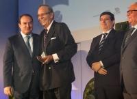 José Prat, secretario general de FECE, recogiendo el premio ElectroImplicate